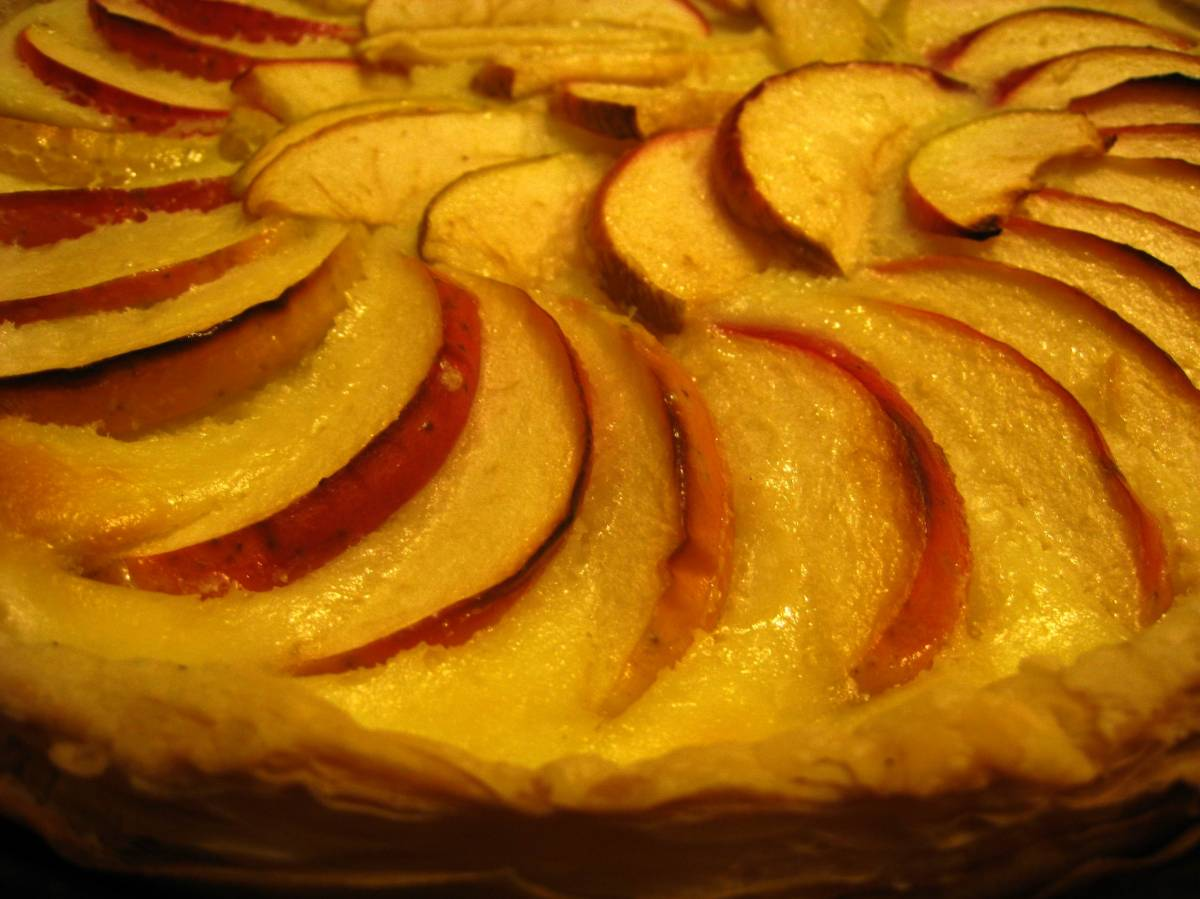 Яблочный пирог с слоеным дрожжевым тестом с
